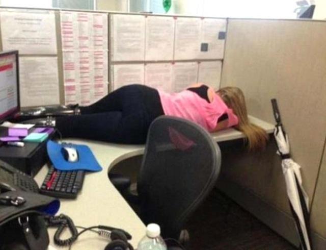 девушки спят на работе фото