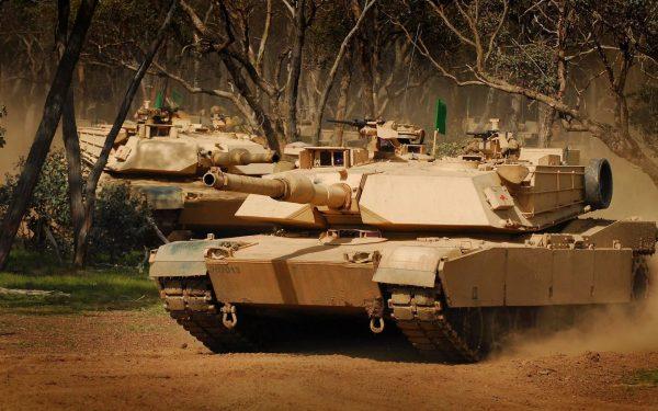 Одна из главных бед «Абрамса» — это большие и слабобронированные борта. Там настолько тонкие листы стали, что они легко пробиваются старенькими РПГ-7. Поэтому недавно американцы заявили, что будут устанавливать на свои танки израильский КАЗ «Трофи»