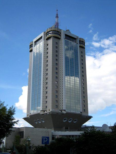 Бизнес-центр «Тверь» или, как говорят в народе – «Рюмка», самое высокое здание одноименного города. Постройка стала известной местной достопримечательностью, пользующейся репутацией Пизанской башни. Проще говоря в желтой прессе, регулярно начинают истерить по поводу наклона и разрушения здания
