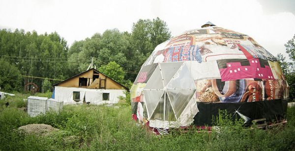 Дом-купол мгновенно стал одной из достопримечательностей Новосибирска. Его конструкция резко гармонирует со всеми близлежащими постройками. Такая форма дома позволяет строению значительно лучше противостоять порывам ветра и дольше сохранять тепло