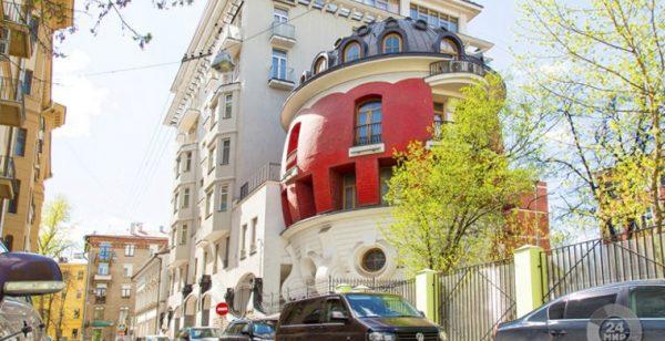 Дом-яйцо в Москве изначально планировали как роддом в Израиле. Однако потом что-то пошло не так и постройка превратилась в частный особняк с несколькими жилыми комнатами и собственным подземным гаражом
