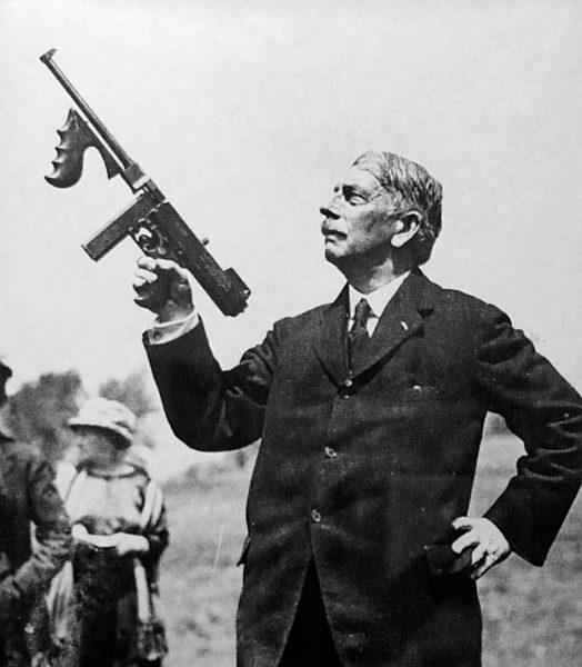 Этот представительный господин не кто иной, как Джон Томпсон – изобретатель одноименного пистолета-пулемета. Который, к слову, он держит в руке. Он хотел вооружить им армию, но породил идеальное бандитское оружие