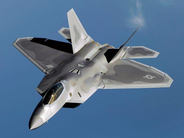 F-22 не самый удачный вариант американского истребителя. У него с самого начала было очень много проблем. Поэтому в отличии от нормальных самолетов он состоял на вооружении около десятилетия