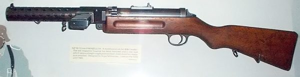 Германский MP-18 появился почти под конец Первой мировой и использовался солдатами для «кинжального» боя в стесненных окопных условиях. Оружие получило хорошие отзывы, но в крупную серию не пошло по причине капитуляции Рейха