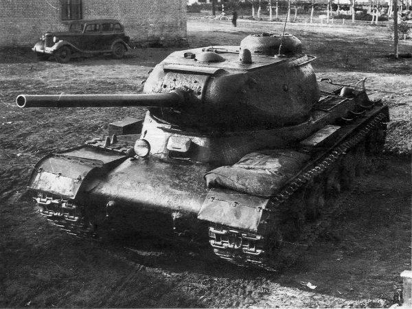 ИС-1 получился довольно удачным, хотя у него и сохранялась проблема с ходовой частью. Впрочем, это было характерно вообще для всех советских танков того периода, да и более современные Т-64 и Т-72 от них не избавились