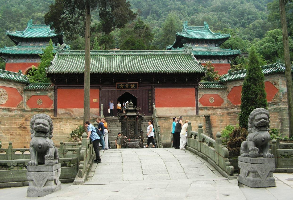 Монастырь не оторван от цивилизации, но все равно живет обособленной жизнью