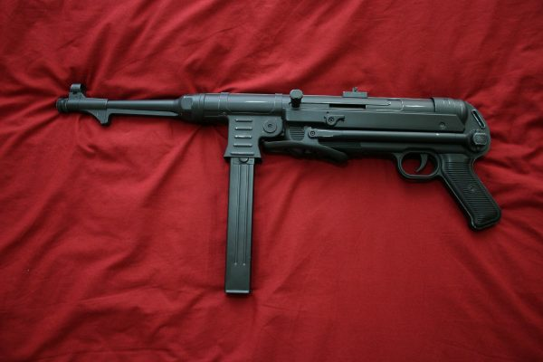 МП-40 был излюбленным оружием партизан времен Великой отечественной войны. Причина проста – доступность автомата и боеприпасов к нему. Ведь партизанские отряды нередко налетали на немецкие патрули, зачастую вооруженные этим пистолетом-пулеметом, а патрон 9*18 Para вообще был основным для пистолетов и ПП