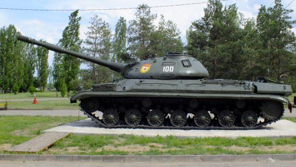 На момент создания ИС-8 был весьма технически оснащенной машиной. Например, на него устанавливали стабилизатор орудия, а командир танка мог принудительно развернуть башню в нужную сторону простым нажатием кнопки