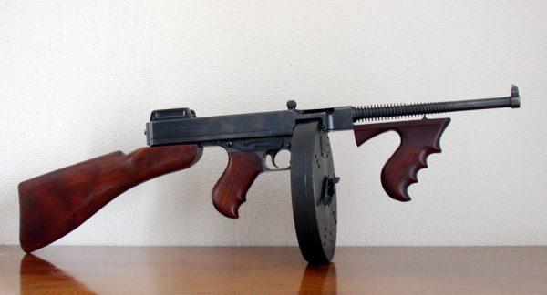 Пистолет-пулемет Томпсона имел чудовищную скорострельность 90 выстрелов в минуту. При этом автомат использовал тяжелые 11,43-мм патроны, способные не просто остановить человека, но и пробить его «на вылет» и поразить стоящего следом