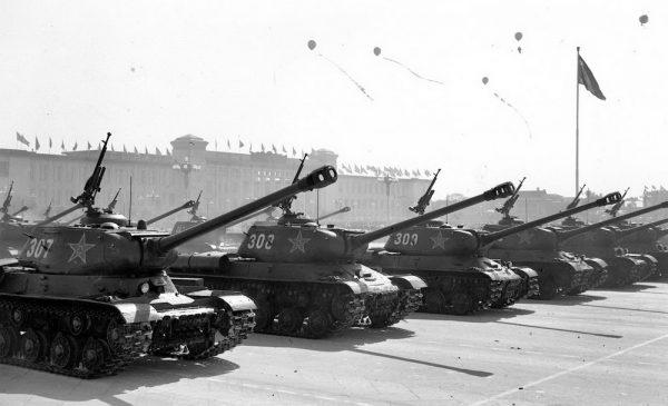 После окончания Второй мировой войны танки ИС-2 стали поставлять союзникам Советского союза. Например, эти машины были сняты на параде в Китае. На фото изображены ИС-2 со спрямленной лобовой деталью, что это улучшенная версия танка, принятая на вооружение в 1944 году
