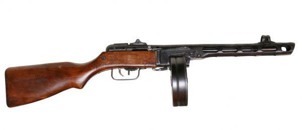 Скорострельность ППШ-41 достигала показателей 700 – 800 выстрелов за минуту. С таким темпом дисковый магазин отстреливался секунд за 9 – 10. В комплекте к каждому автомату шло еще 2 магазина на 72 патрона. Часто солдатам приходилось перезаряжать магазины в условия боя