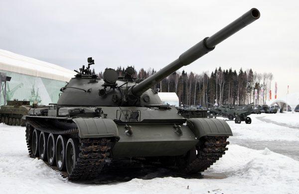 Средний танк Т-62 стал форменным кошмаром западных военных. 115-мм пушка была способна пробить вообще любой танк врага навылет. Вдобавок Т-72 мог вести огонь управляемыми ракетами