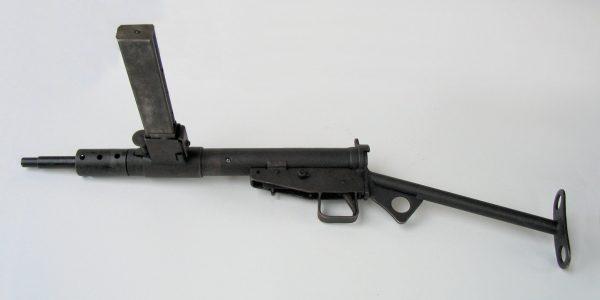 STEN – чудо-оружие британцев во время Второй мировой. Это один из первых образцов. Последующие имели более адекватное расположение магазина и нормальный приклад. Оружие славилось тем, что даже в одиночном режиме могло начать строчить очередью, пока не кончатся патроны