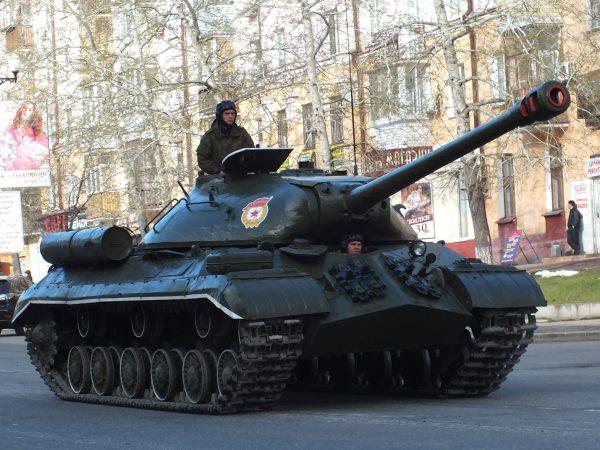 Танк ИС-3 производили до 1946 года. После снятия с вооружения советской армии большую часть машин продали за границу, где те принимали участие в локальных война. Например, очень много ИС-3 было потеряно в ходе арабо-израильских войн второй половины 20-го века