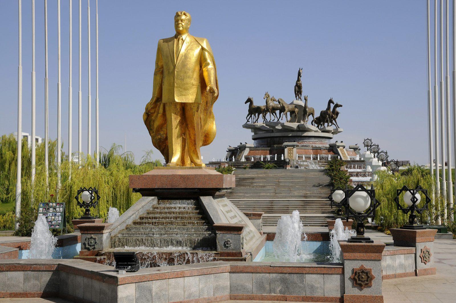 Туркменбаши любит роскошь и золото, поэтому центр столицы выглядит шикарно, а остальная часть страны приходит в упадок