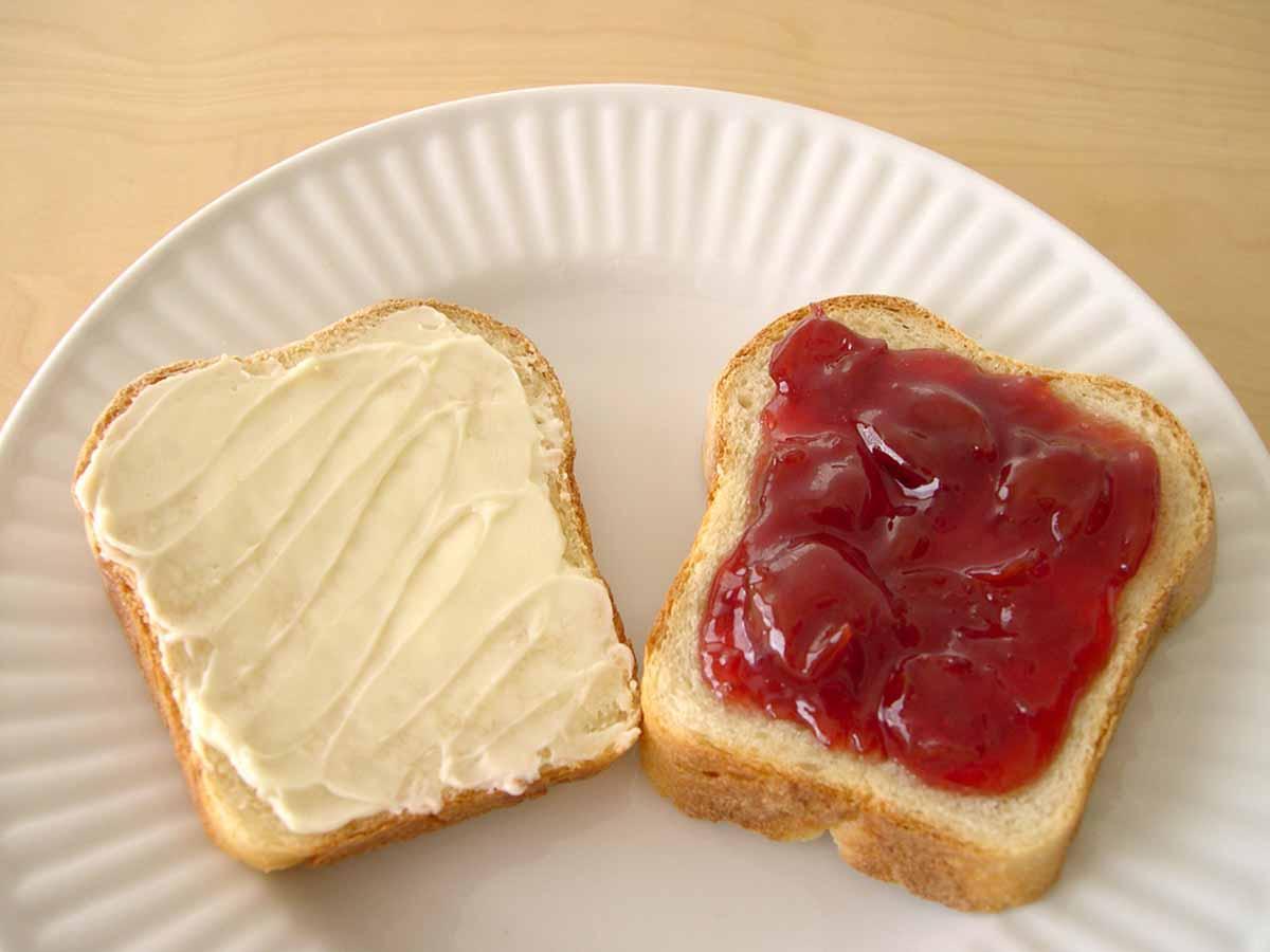 Вместо сахара бутерброд мог быть с вареньем или медом